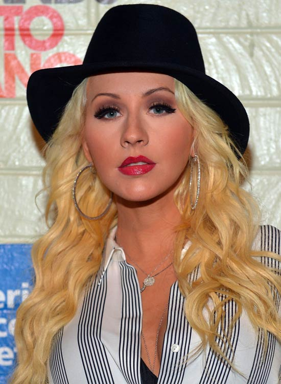 Loose-Textured-Waves-with-Wispy-Ends-and-Stylish-Hat
