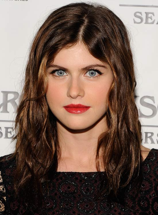 Sleek-Highlighted-Hair-with-Center-Part-and-Wispy-Layers