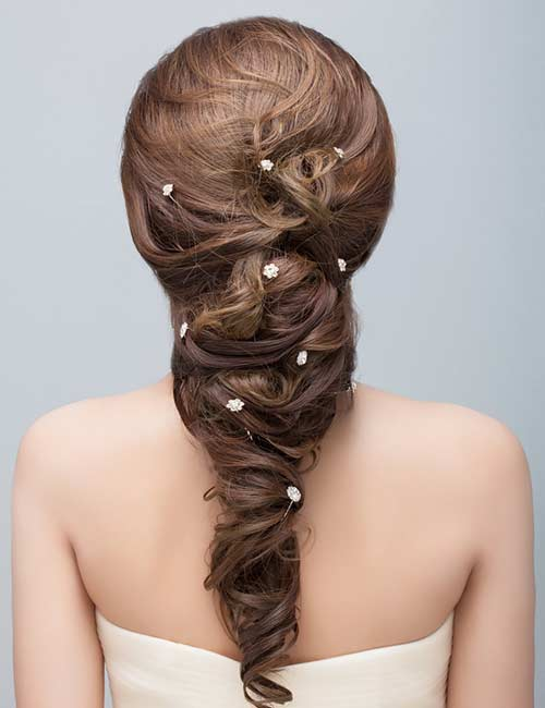A simple and small bijouterie adds the right amount of beauty to your bridal look.