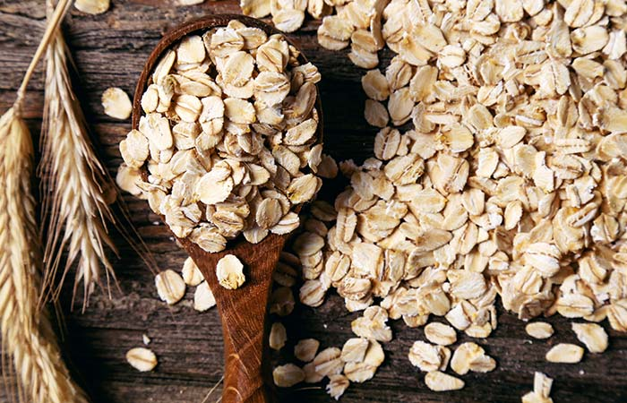 9. Castor Oil And Oatmeal Pack For Stretch Marks